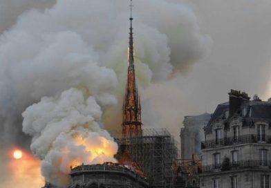 Un grave incendio devora la catedral de Notre Dame de París